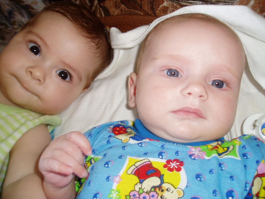 две подружки, блондинка с голубыми глазами и брюнетка с каримим глазамии . Мы - веселые друзья