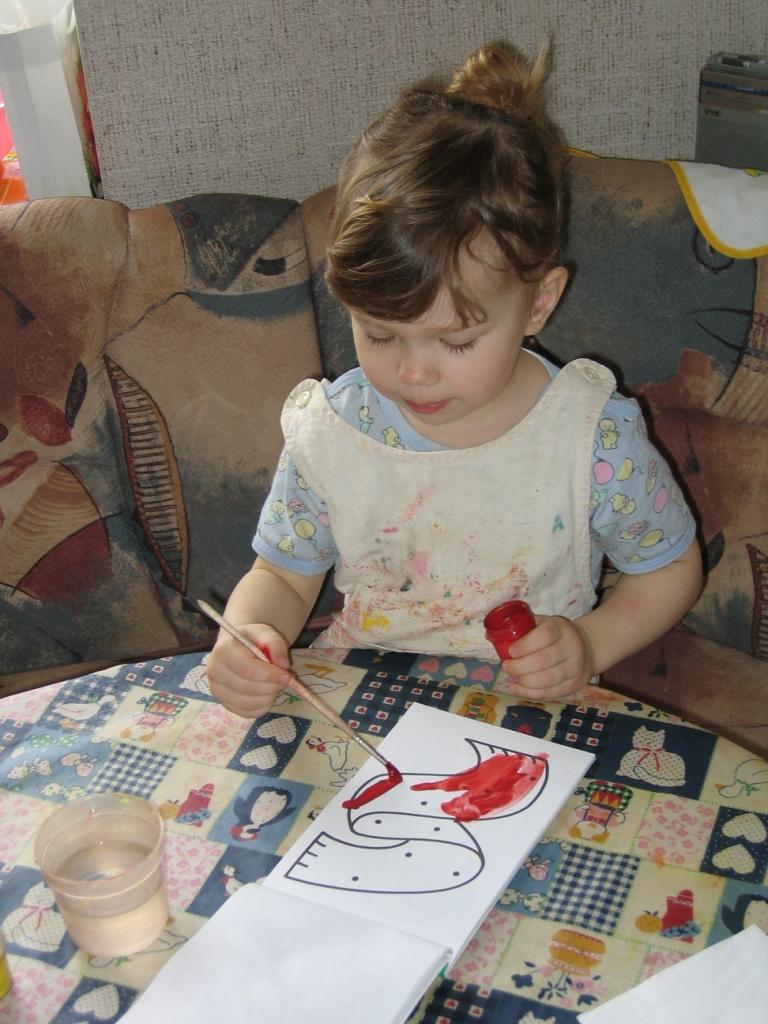 Раскрашу-ка я шарфик красненьким.... Малыши-карандаши