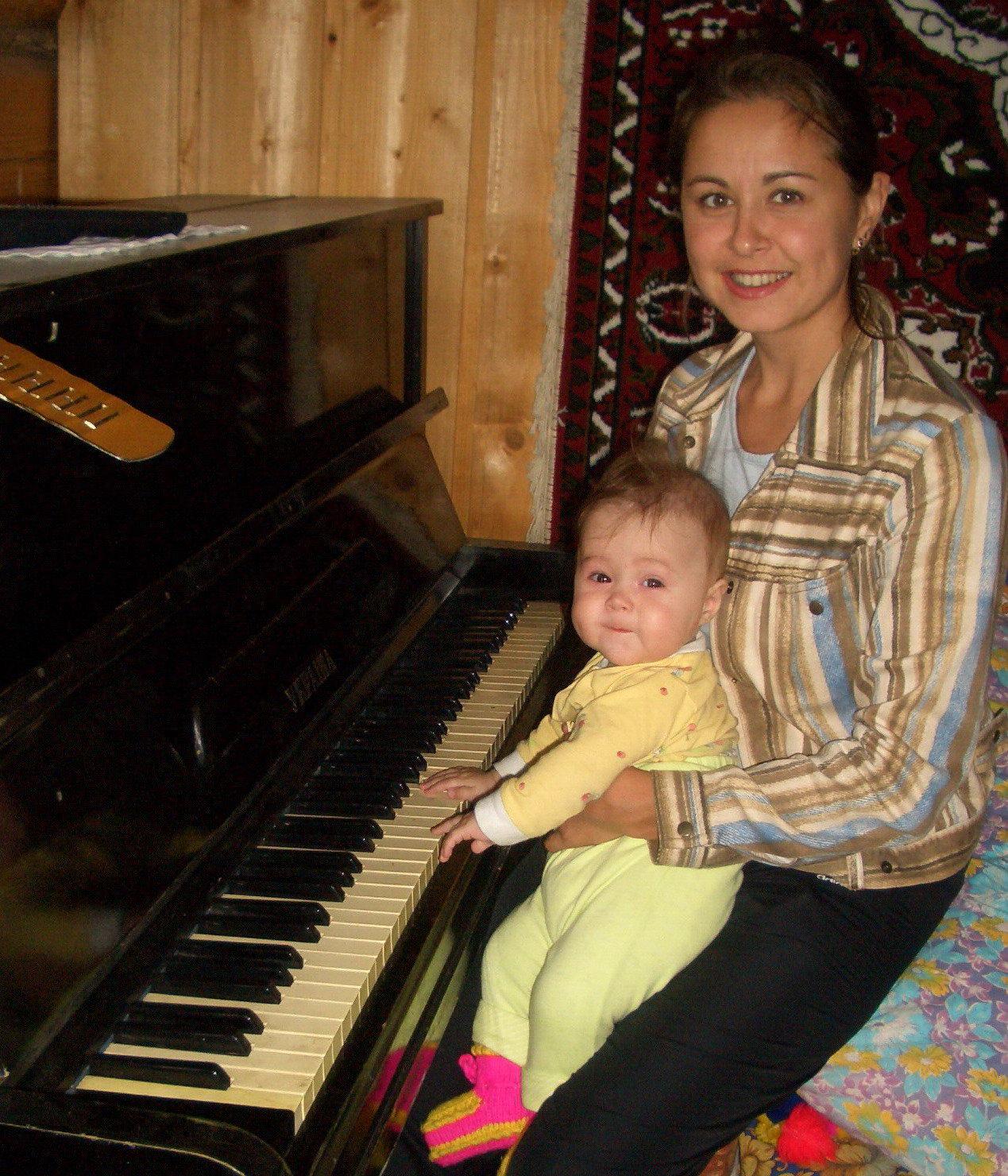Клавиша белая, клавиша черная. Только мала я пока, чтоб играть. Вот подрасту и буду свободно я Арии Моцарта вам напевать!. Дети-музыканты