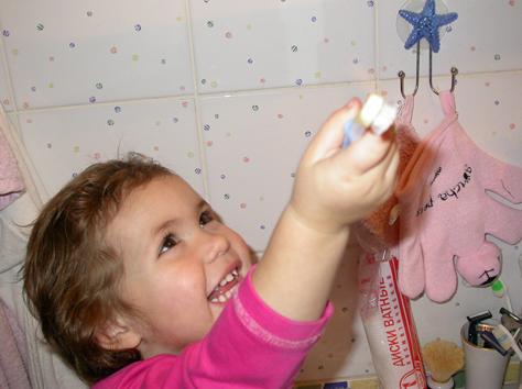 Умываться и чистить зубы - любимое занятия Катюхи.. Зубастики