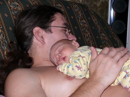 Так сладко спиться на груди у папы!!!!!!!!!. Вместе с папой