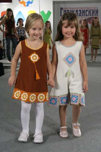 малышня. Девочка слева в прошлом году в оранжевом 'пончике' ходила :). Одежда для детей