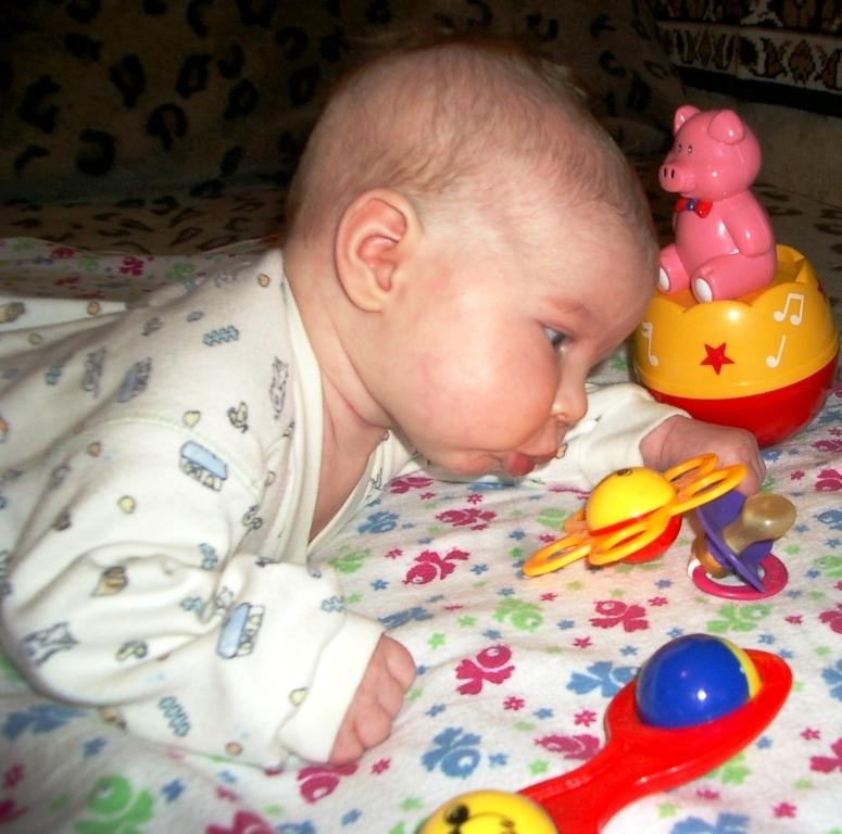 Ооооооо.........? прикольно,  погремушка строит рожицу. Дети с игрушками