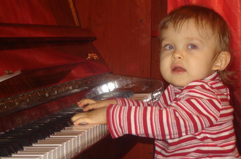 играем на пианино. Дети-музыканты