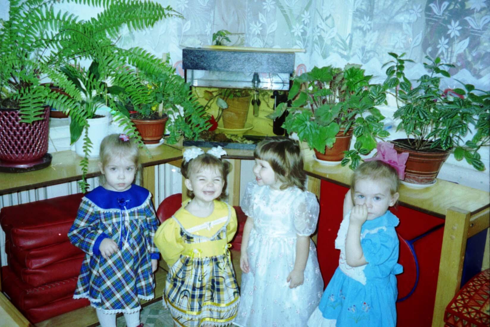 Дашуля (вторая слева)  в яслях на празднике осени!. Друзья