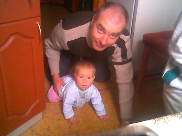 Кто быстрее ползает папа или я?. Вместе с папой