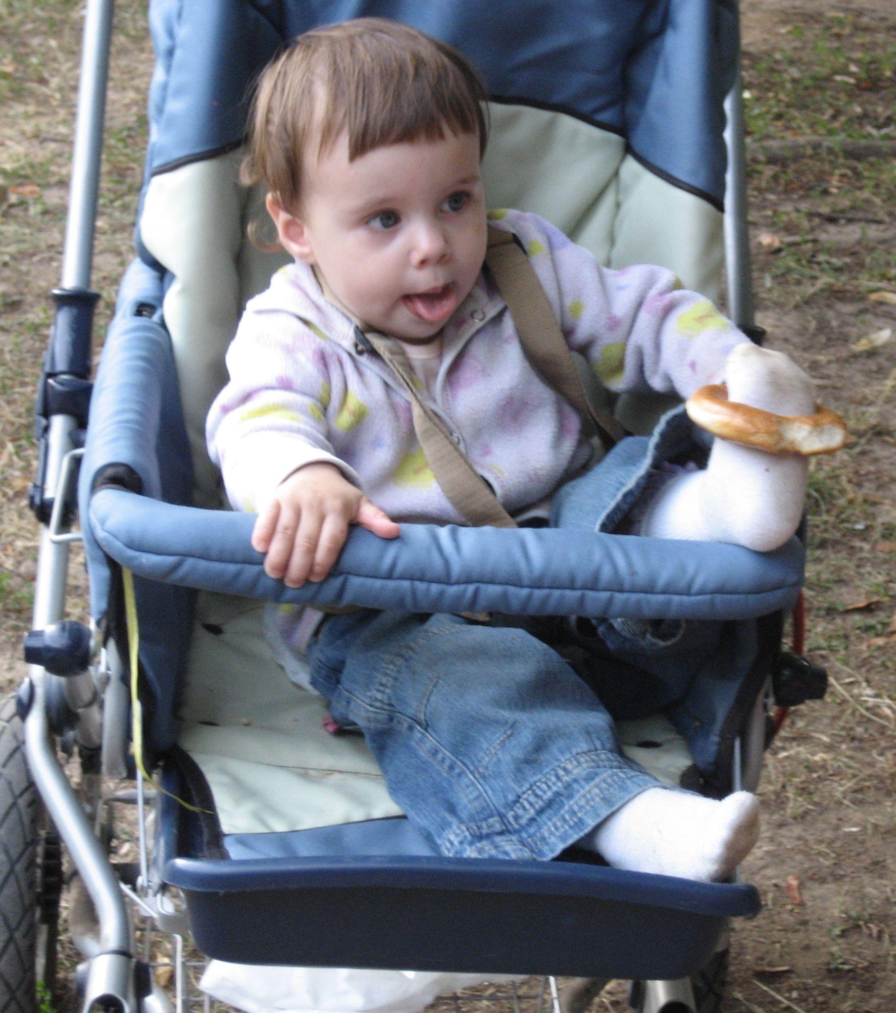 С бубликом в неположенном месте!. Дети в колясках