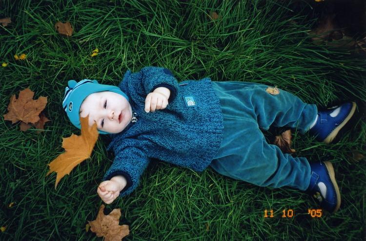 Я на травке полежу, на листочки погляжу. Моя первая осень