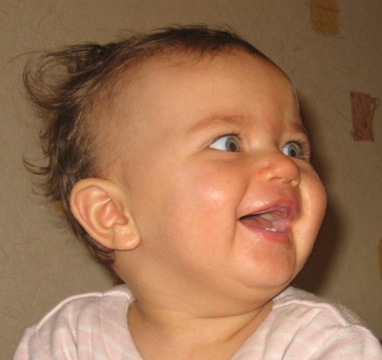 Как смешно  сестричка танцует !!!!!!!. Поделись улыбкою своей