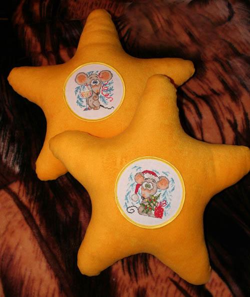 Подарок Элечке на новый 2008 год - Подушки сырного цвета. Диванные подушки с вышивкой и без