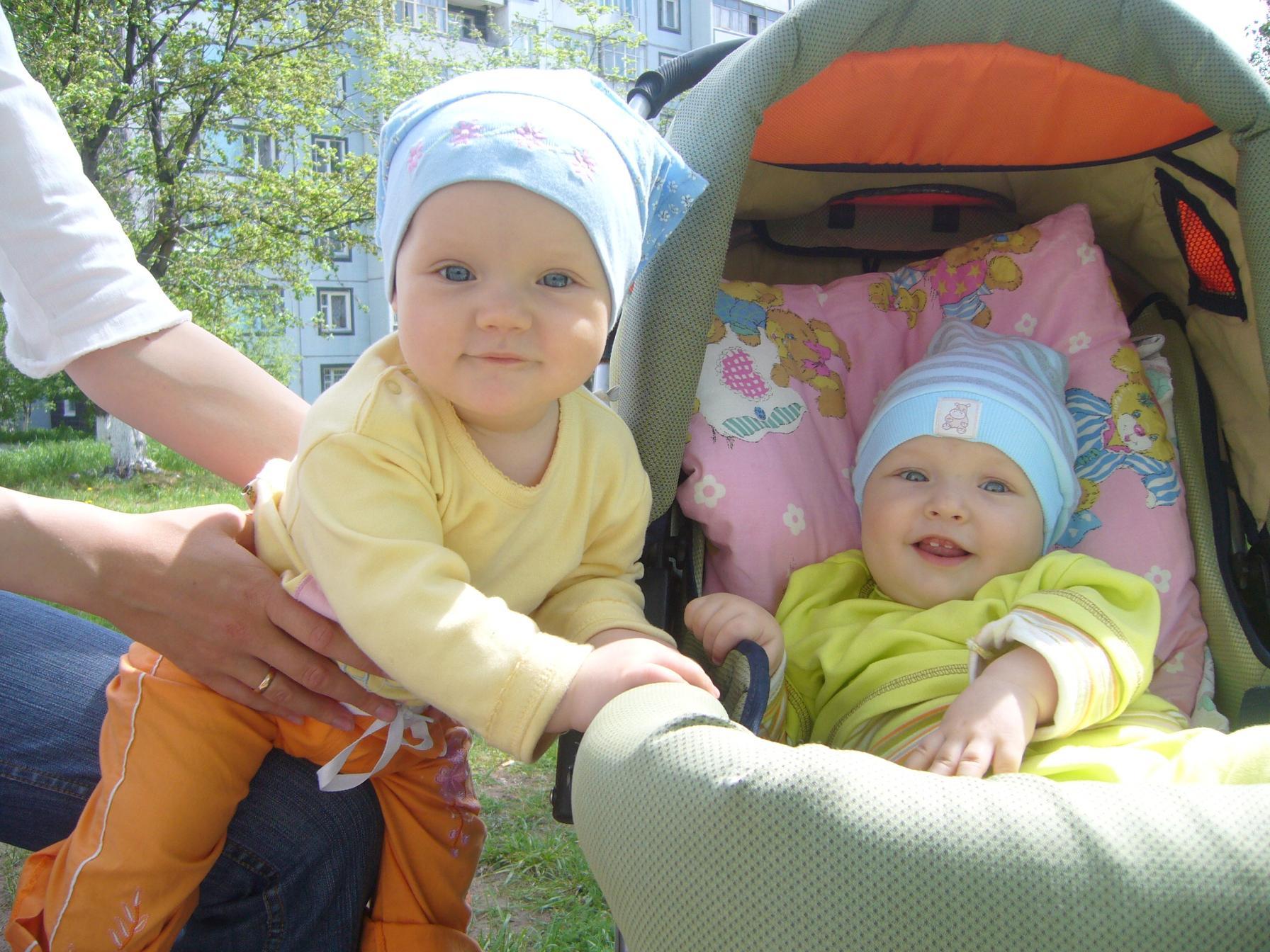 Полина и Кирюша. Дети в колясках