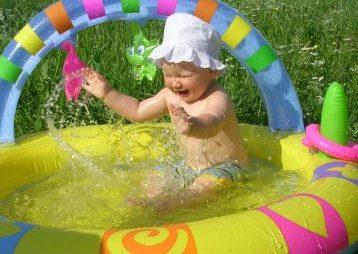 Если надо освежу, рядом в лужу посажу!. Мы купались, мы смеялись...