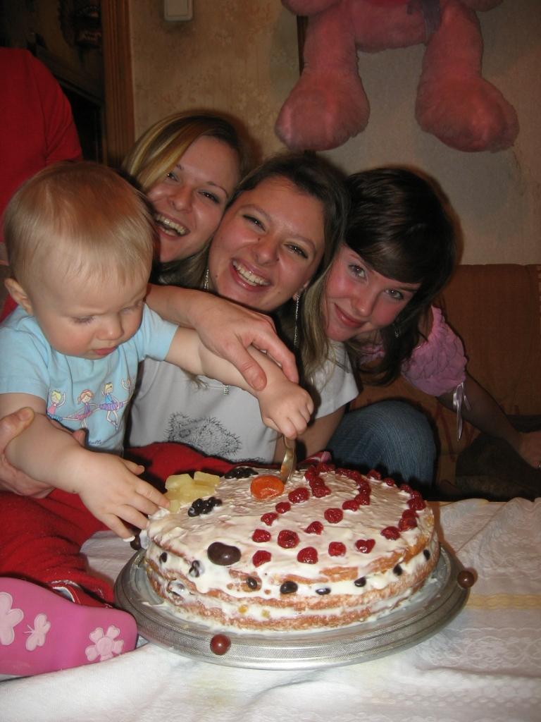 А мы в праздники - торт ложками...))). Закрытое голосование фотоконкурса 'Наша дружная семья - праздник дома удался!'