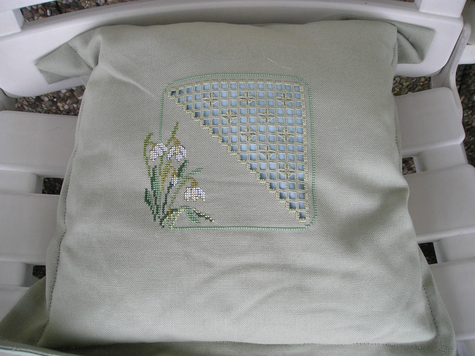 Диванные подушки с вышивкой и без