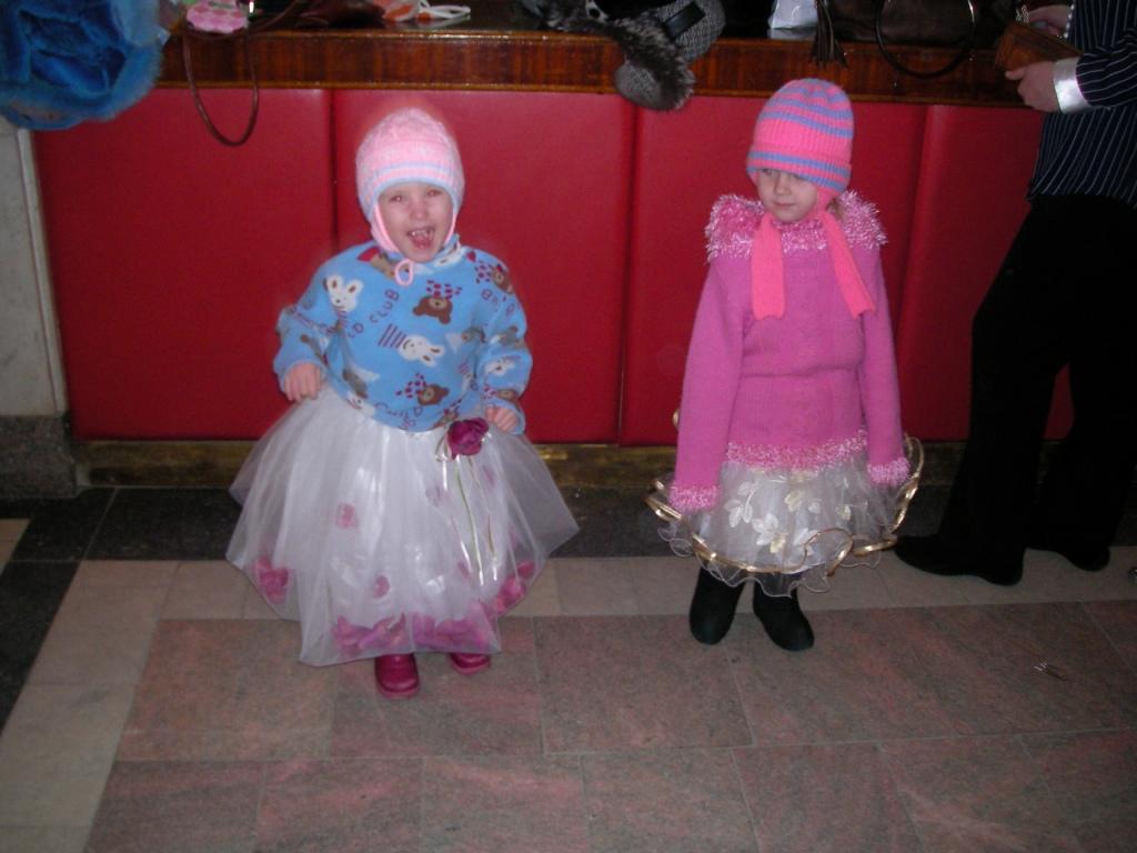 Танцы в холле. Нарядные дети