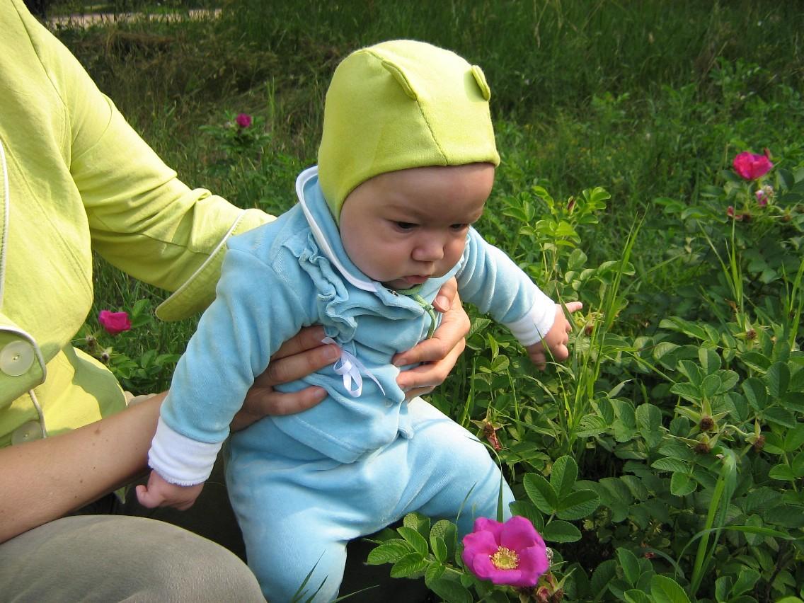 'Ой, какой цветочек!!! Сейчас я тебя съем.'. Маленький Тарзан