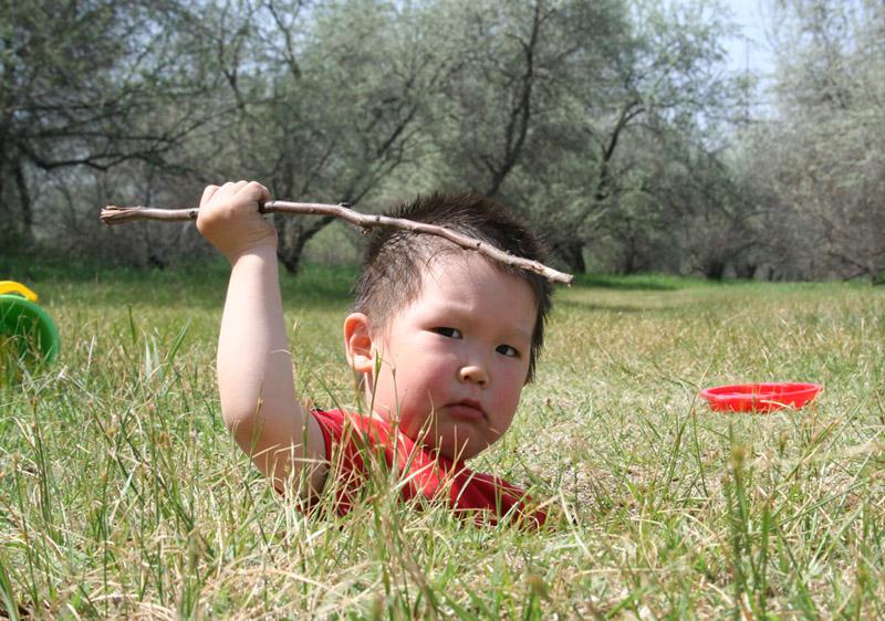 в засаде...охочусь!. Закрытое голосование фотоконкурса 'Маленький Тарзан'
