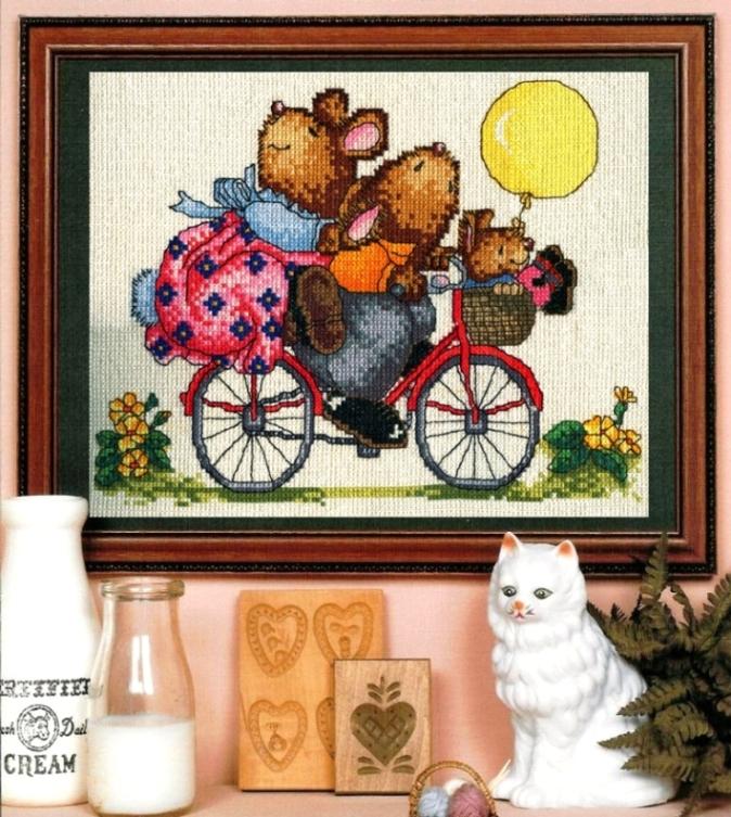 Мишки на велосипеде. Вышитые открытки