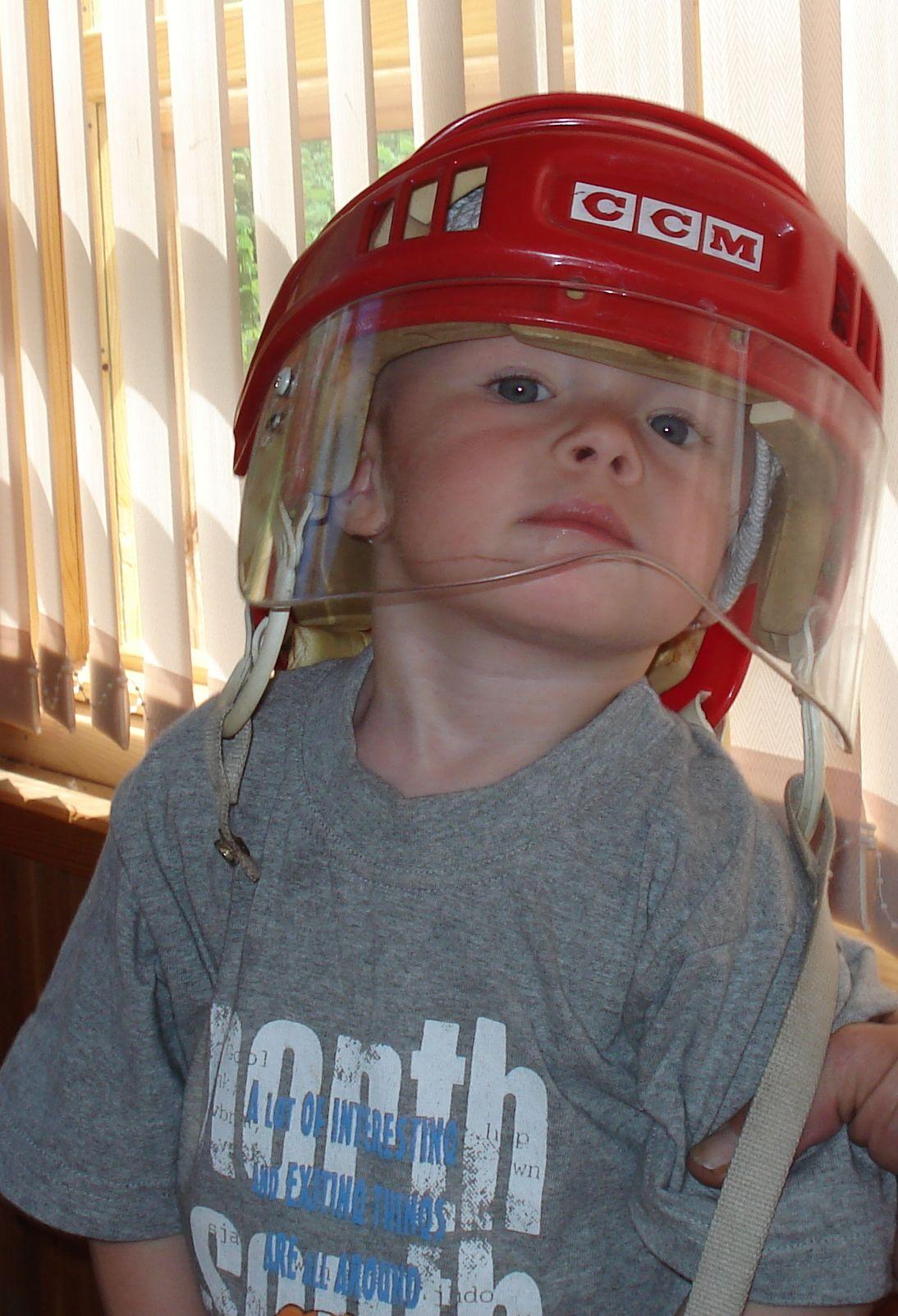 Примерю-ка папин шлем!. Малыши