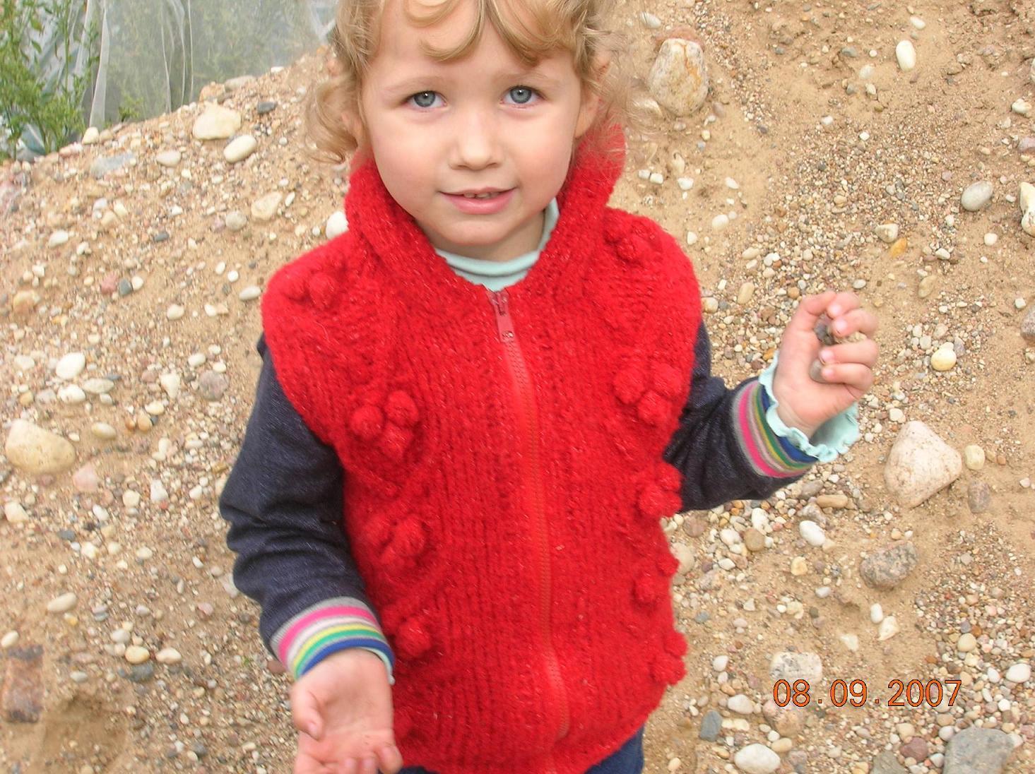 Красный жилетик с капюшоном. Одежда для детей