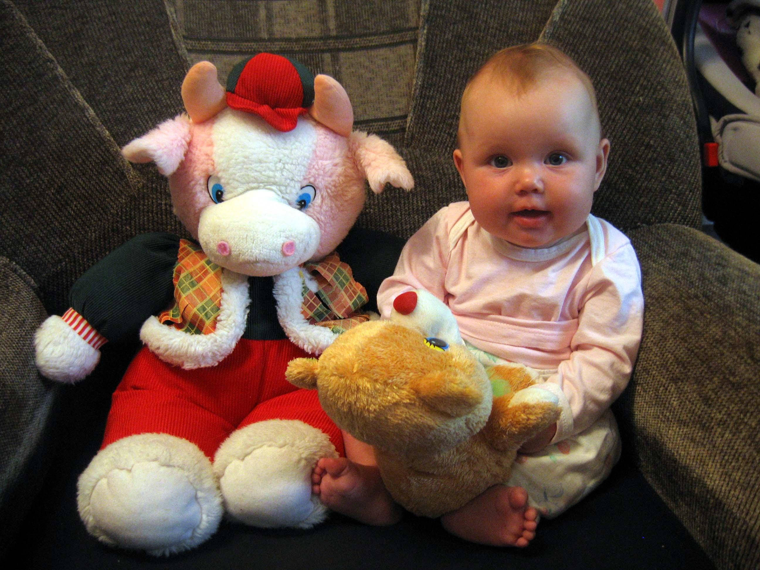 Лиза с игрушками. Дети с игрушками