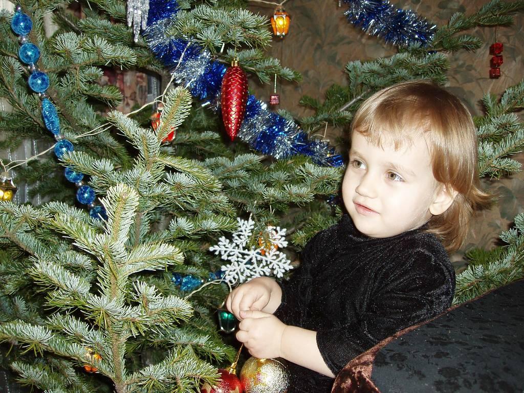 Олечка наряжает елку 2008. Здравствуй, елка!