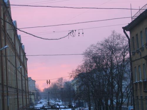 Розовый закат. Зима за окном