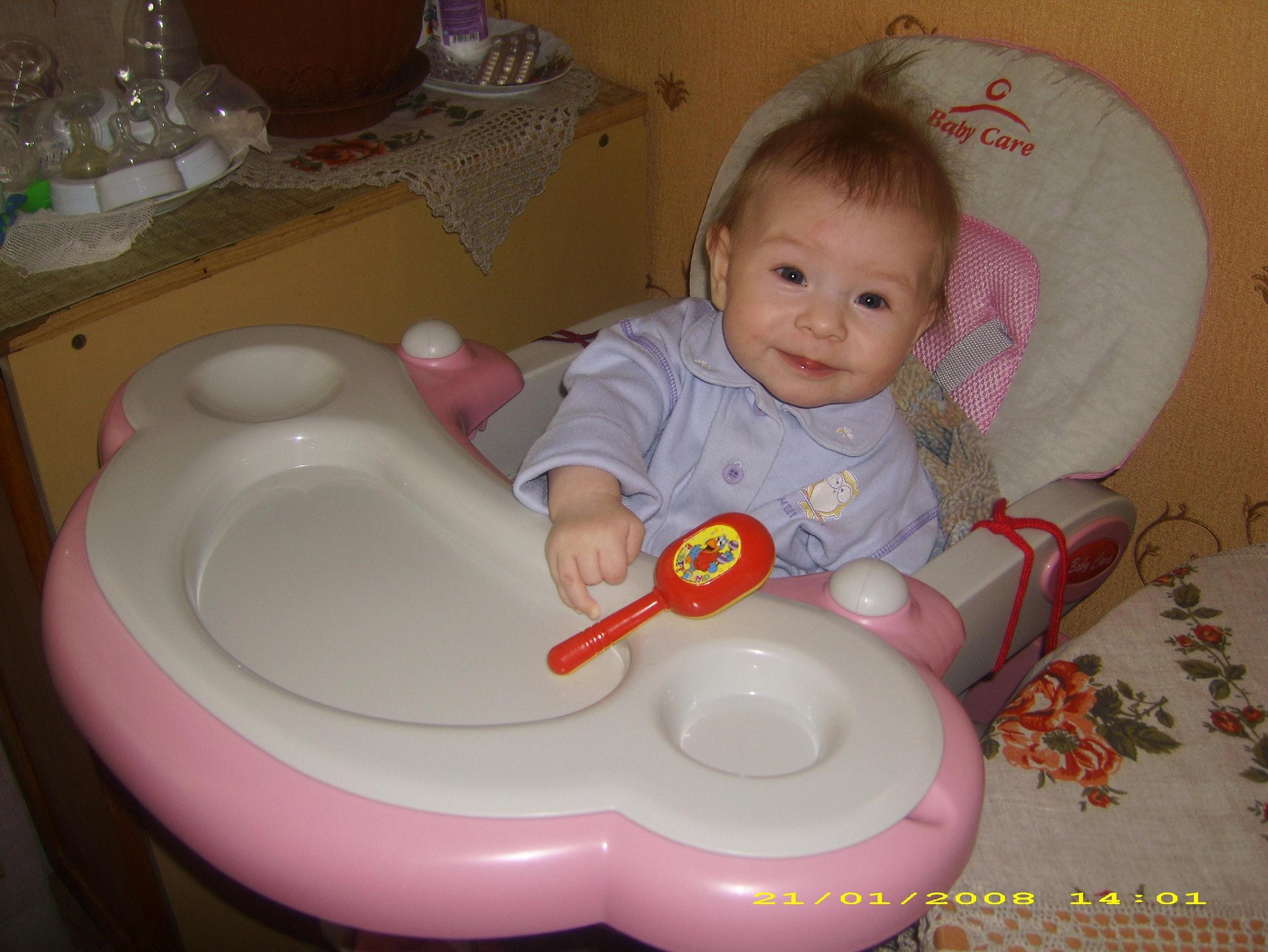 мой первый стол-стул!. Дети за едой