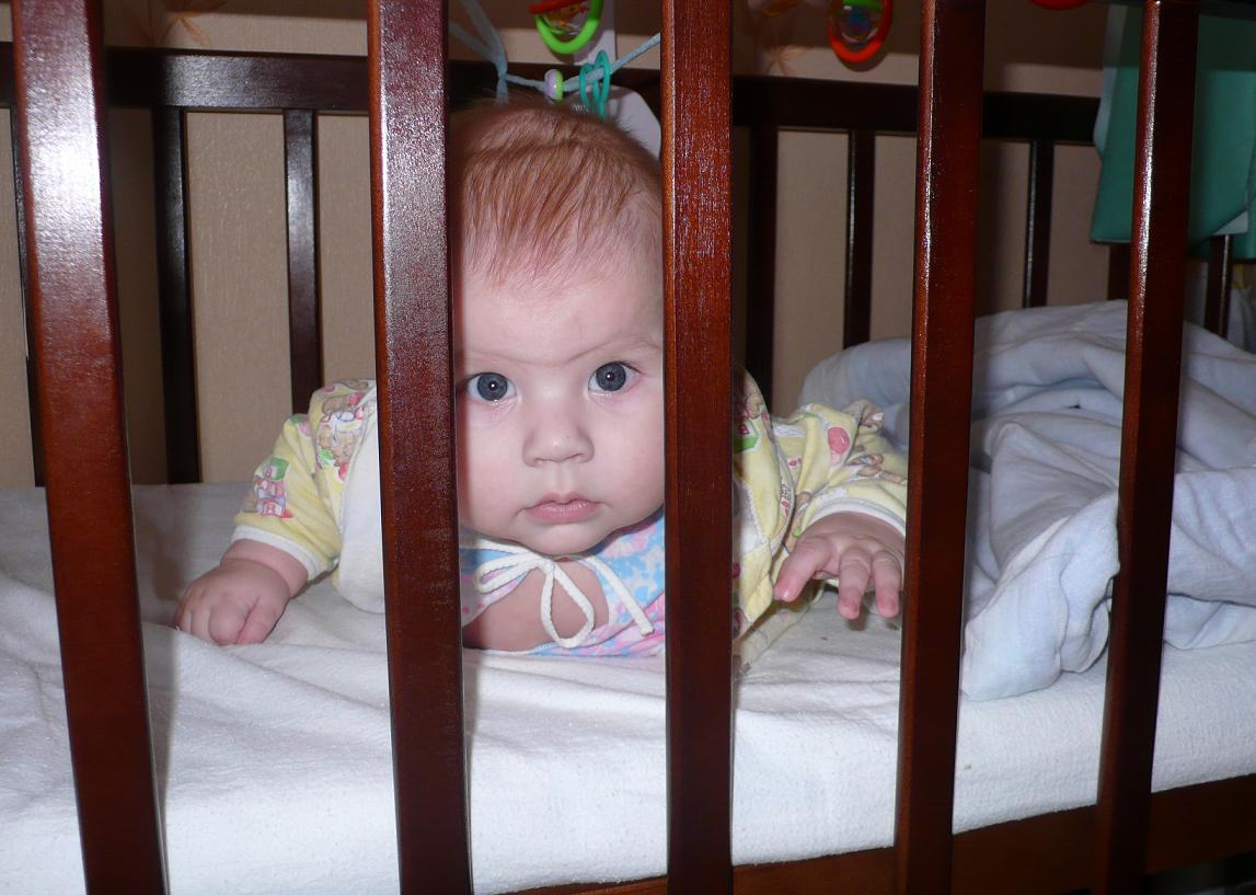 Сижу за решёткой.... Дети в кроватках и манежах