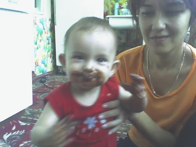 ох и вкусный шоколад. Дети за едой