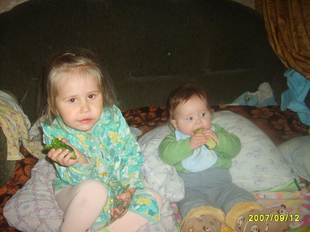 маленькие поедатели огурцов.. Братишки и сестренки