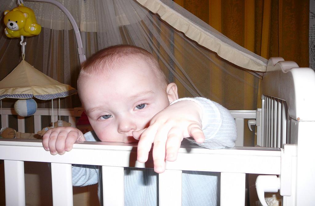 Дети в кроватках и манежах. Дети в кроватках и манежах