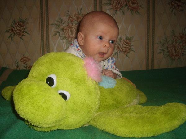Покатай меня, Большая Черепаха!. Дети с игрушками