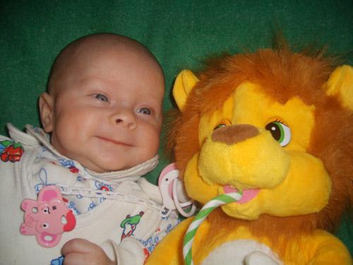 Рядом львёночек лежит.... Дети с игрушками