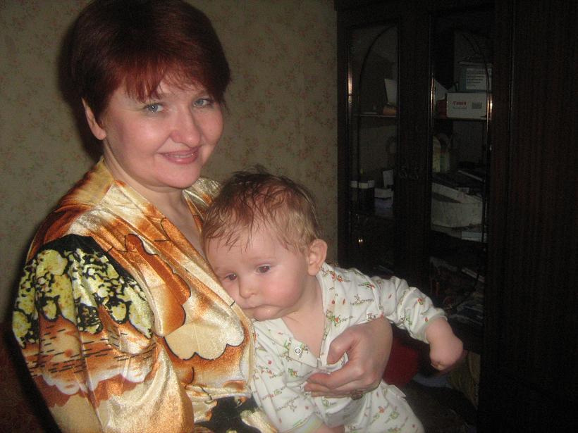 Ромочка с Любой(бабушкой). Нежные объятия