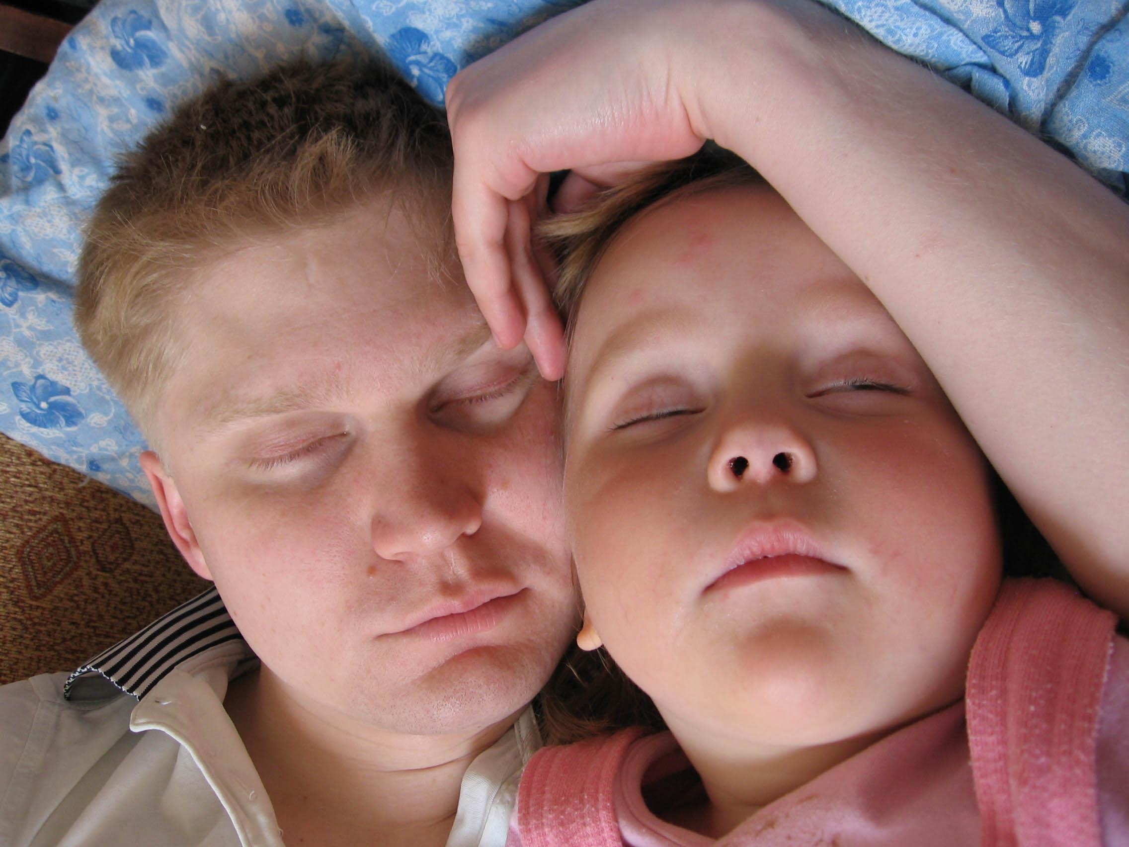 Папины объятия нежны даже во сне!!!. Нежные объятия