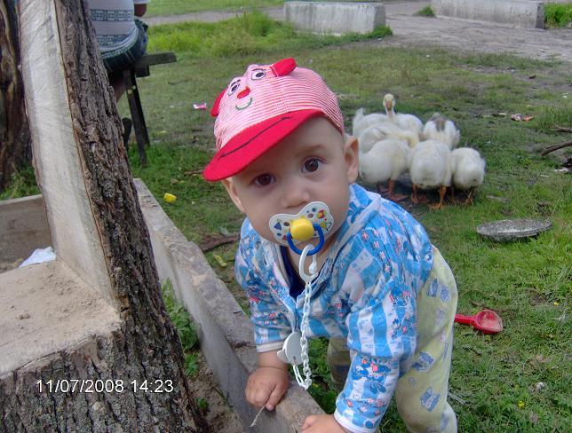 Сын Святослав 1 год. Дети на прогулке