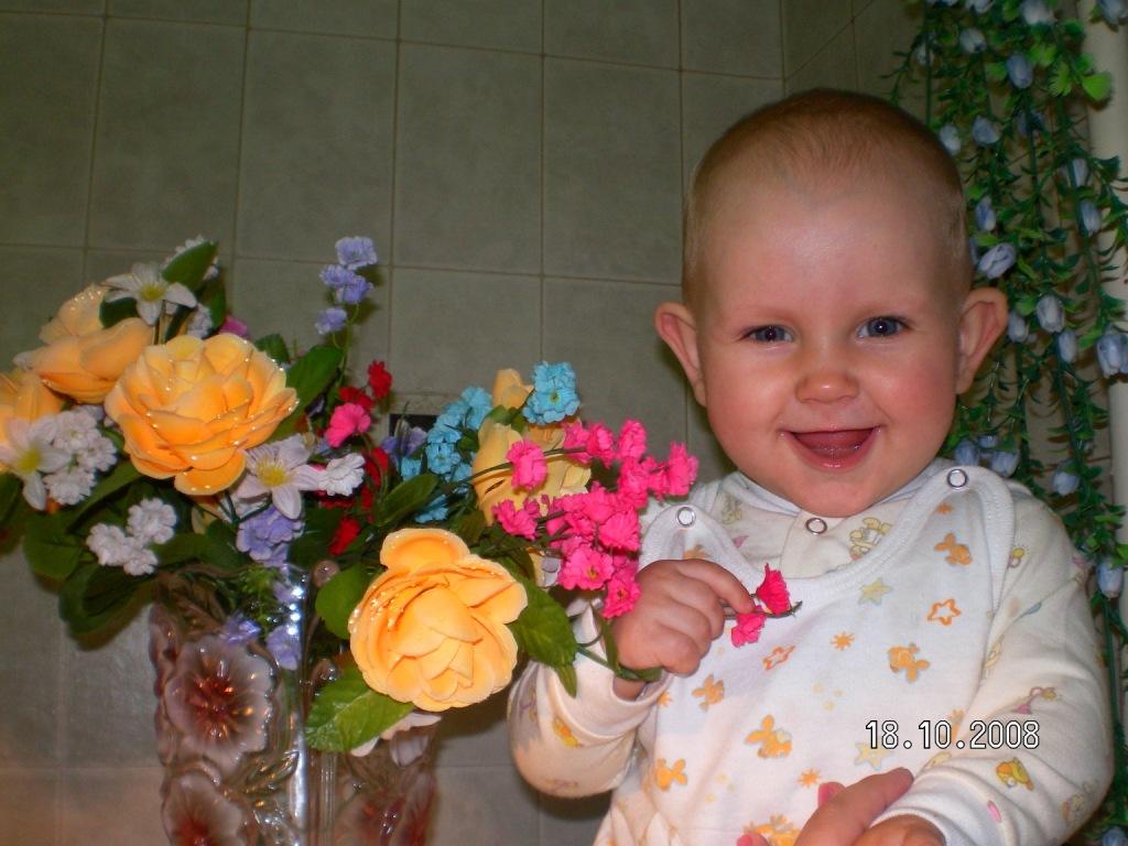 Красивые цветочки для любимой дочки. Дети улыбаются