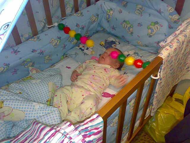 я игрю!!!. Дети в кроватках и манежах