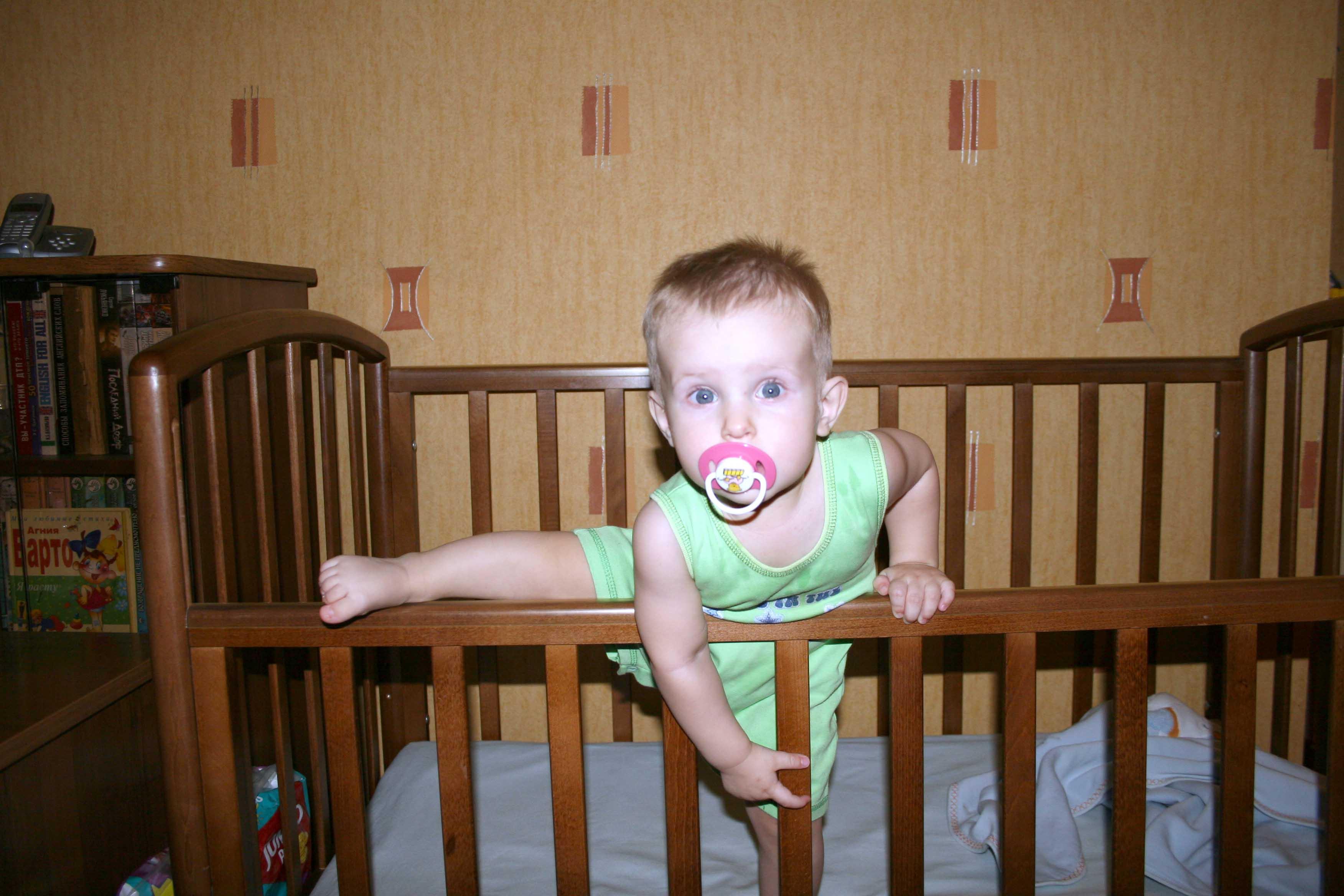 Ночная гимнастика. Дети в кроватках и манежах