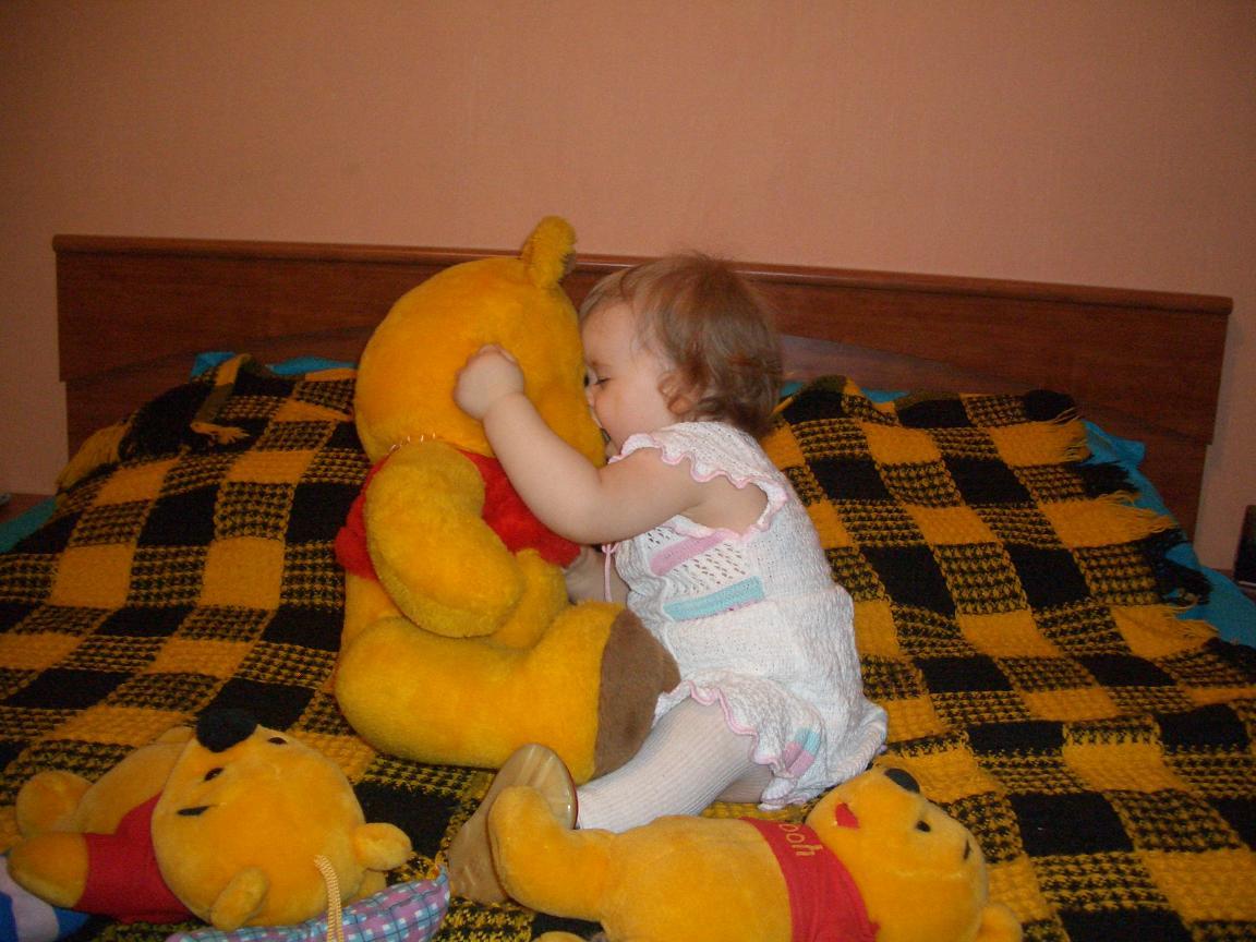 Первый поцелуй. Дети с игрушками