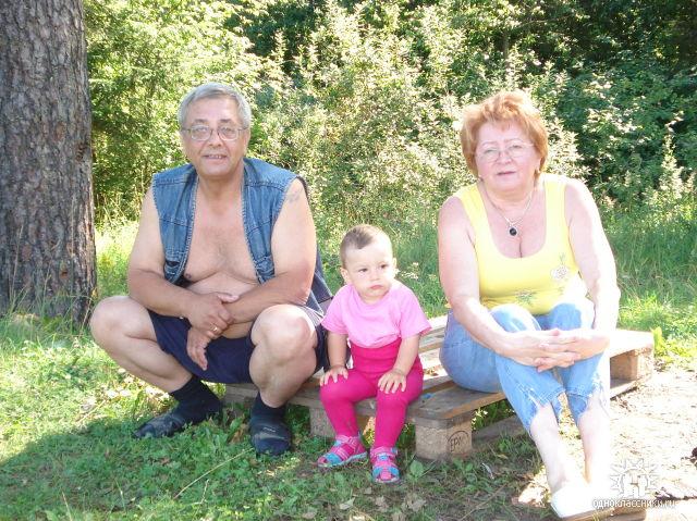 Янка с бабушкой и дедушкой.. Внучата