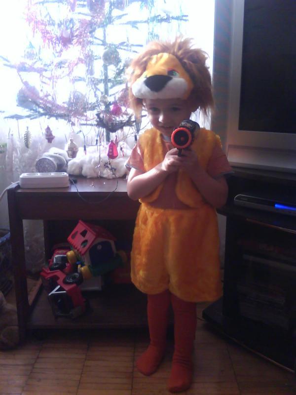 Львёнок возле ёлочки. Нарядные дети