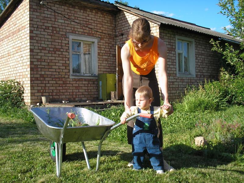 Вот как я маме помогаю!!!. Маленькие помощники