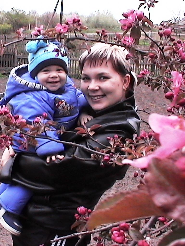 Яблони в цвету!!!. Дети на прогулке