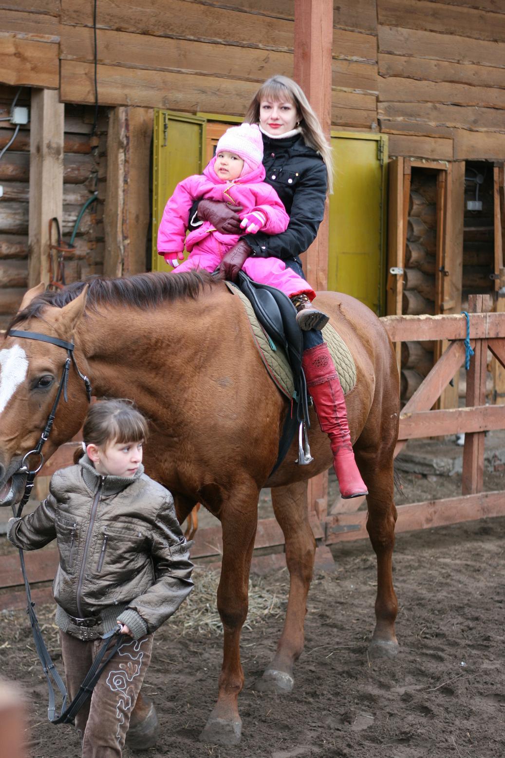 Лиза с мамой на лошадке. Отдыхать - не работать! Заработал - отдохни!