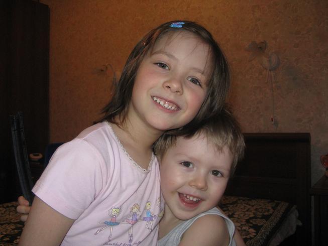 Рустамчик с двоюродной сестрой Софийкой. Братишки и сестренки