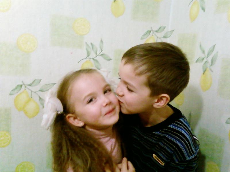 Настенька с Димочкой-братик с сестричкой. Братишки и сестренки
