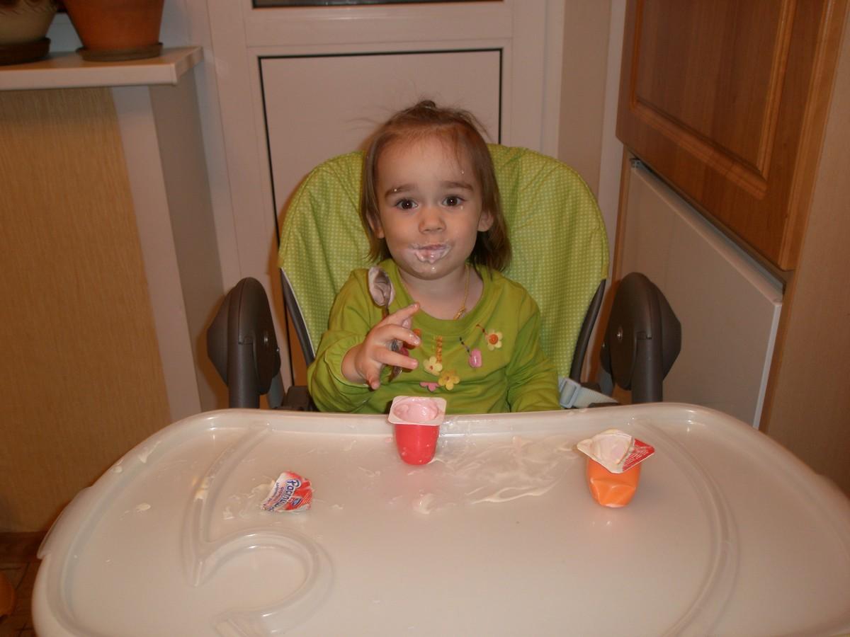 Маша кушает творожок. Дети за едой