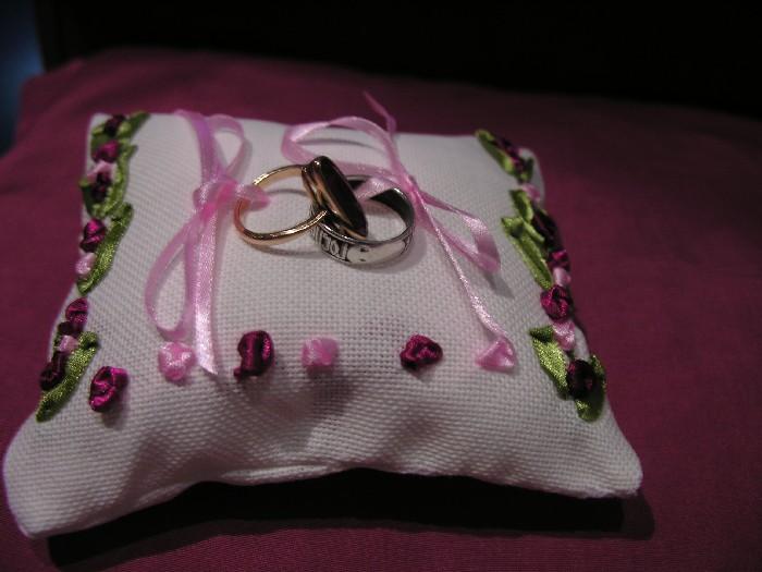 Подушка для колец. Диванные подушки с вышивкой и без